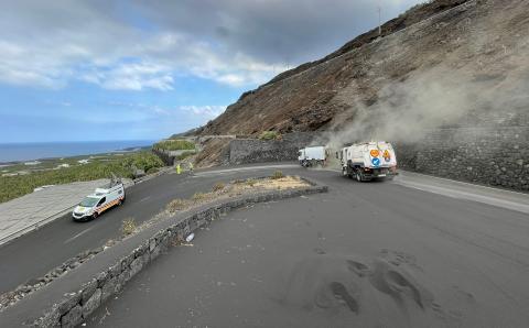 Vehículos del Cabildo de Gran Canaria limpiando las vías de La Palma / CanariasNoticias.es
