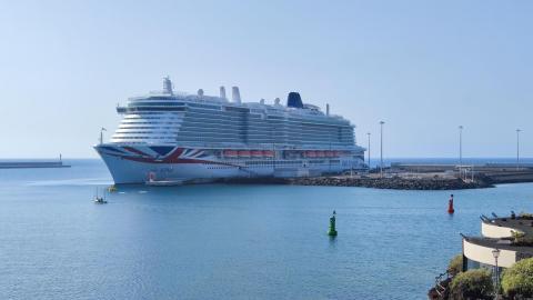 Entrega de metopa al crucero Iona en el Puerto de Arrecife / CanariasNoticias.es