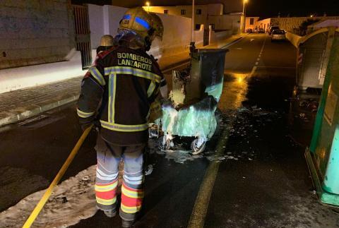 Bomberos apagando contenedores ardiendo en San Bartolomé / CanariasNoticias.es